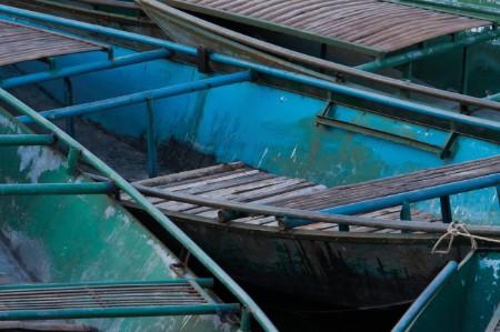 Barco de pesca azul con pátina de óxido