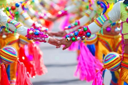 La gente se toma de la mano en el Festival Masskara de Filipinas