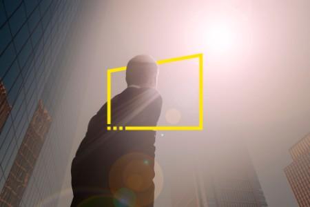 Hombre mirando hacia un paisaje urbano