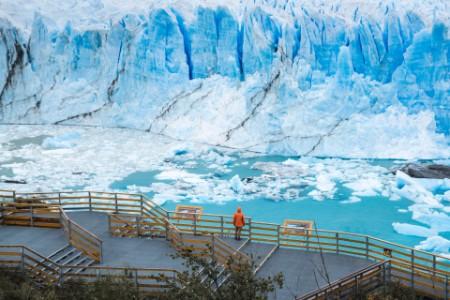 Tourist admiring the Perito Moreno glacier