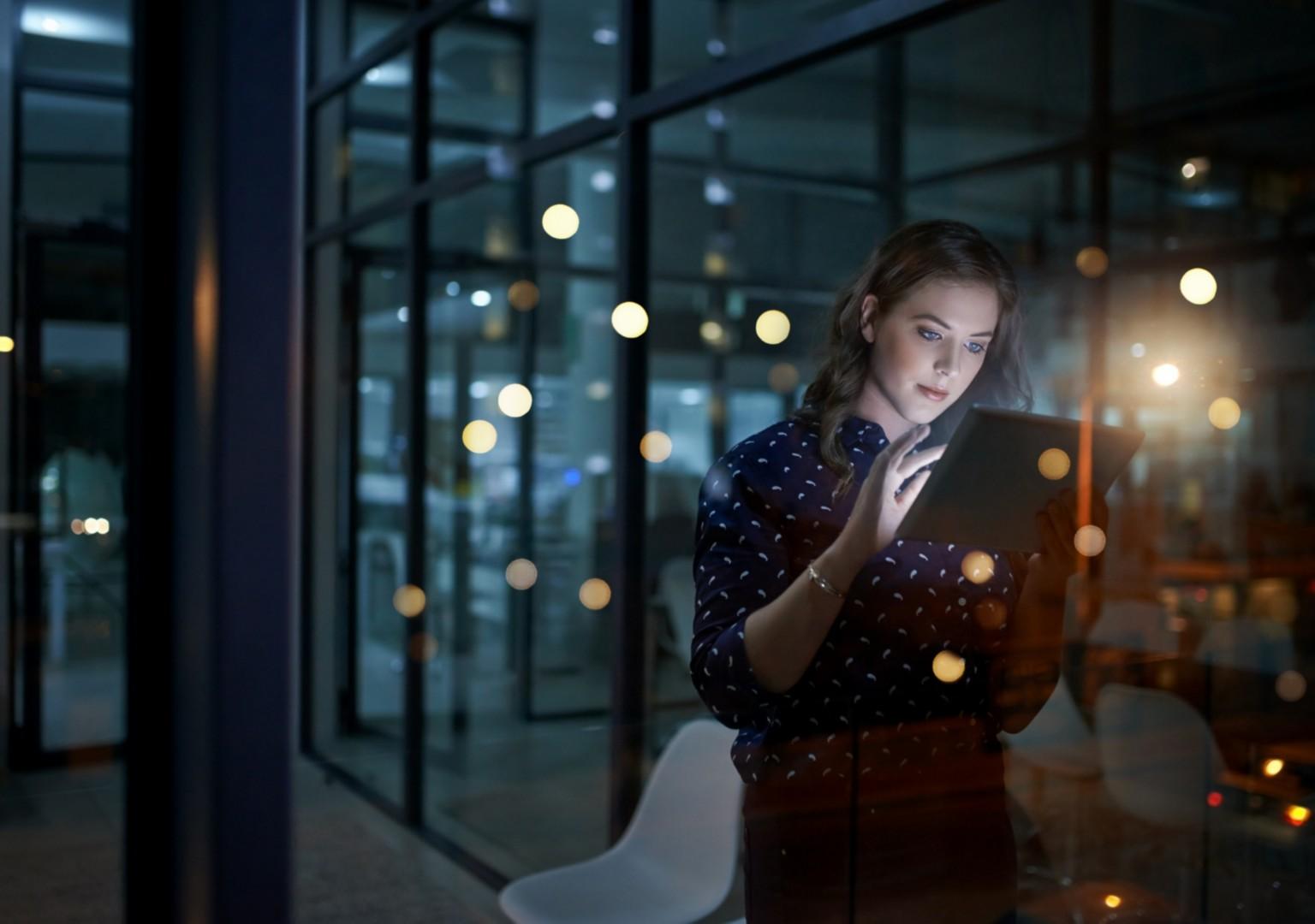 Frau schaut auf Tablet