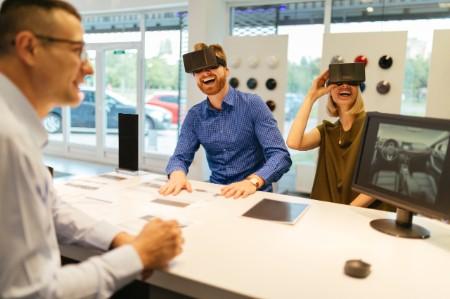 Concessionário de automóveis com óculos de casal VR