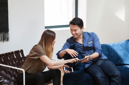 Colegas de negócios discutindo tablet escritório criativo