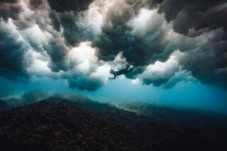 Muž šnorchlující pod lámajícími se vlnami