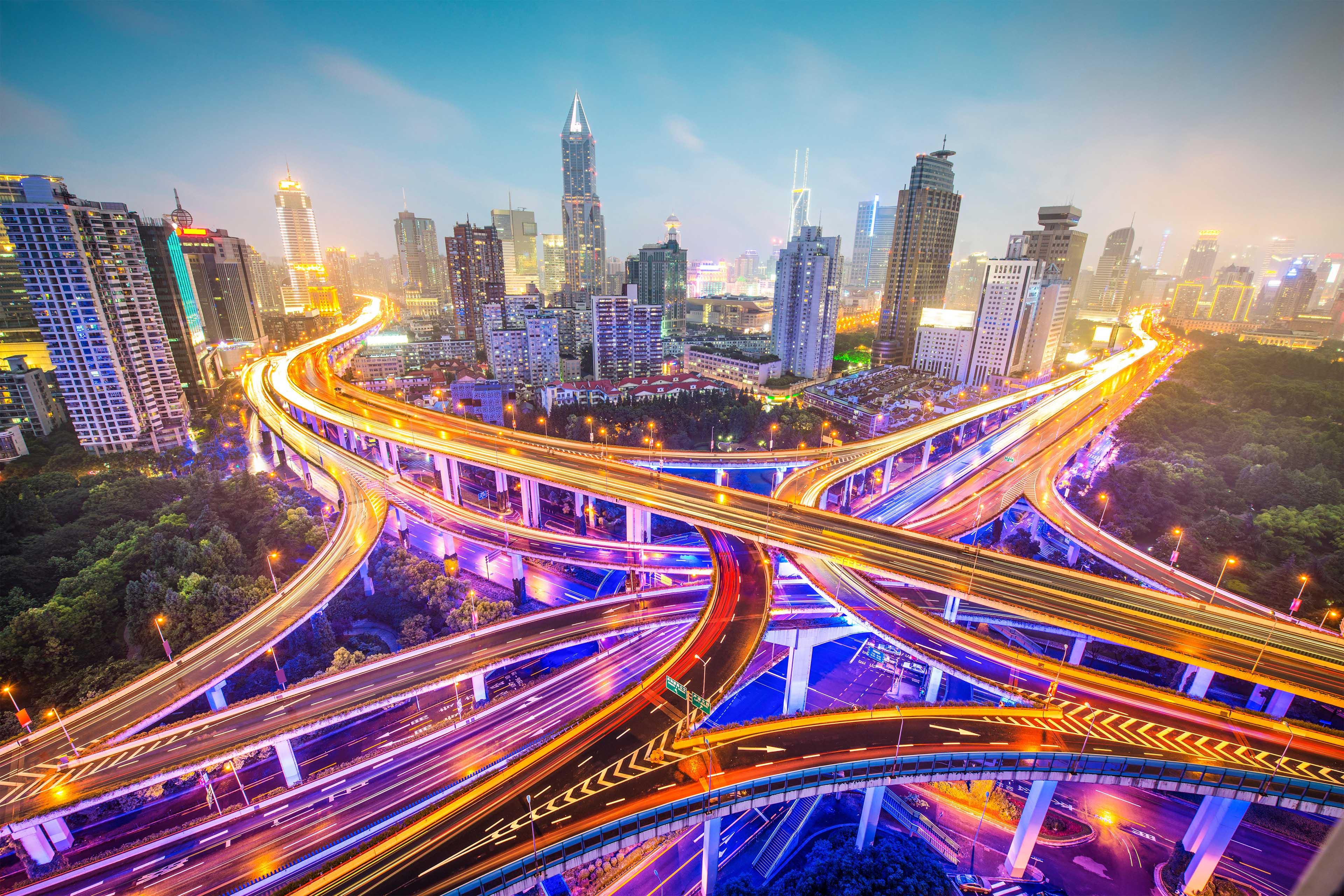 晚上繁华城市的交通枢纽
