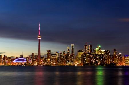 Canoéistes sur fond de soleil couchant à Toronto.