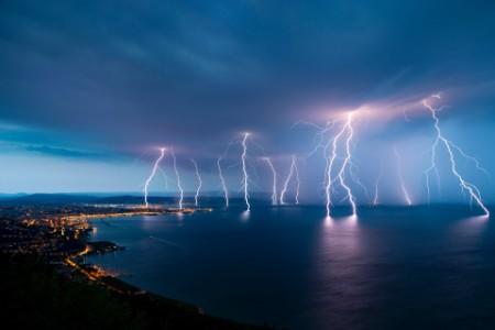 Fulger care lovește marea noaptea la Trieste
