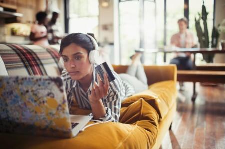 fones de ouvido mulher cartão de crédito compras online