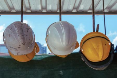 Cascos de trabajadores de la construcción colgando