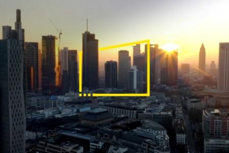 Rayos de sol sobre los rascacielos de la ciudad