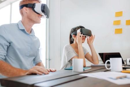 Un hombre y una mujer con dispositivos de realidad virtual