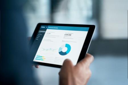 Empresario analizando estadísticas en una tableta digital