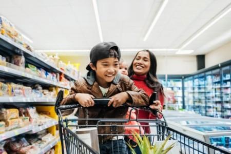 Familia que se divierte mientras hace las compras