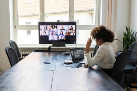 Reunión por videollamada en la oficina tras la pandemia