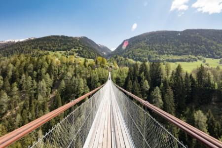 Подвесной мост в верховьях Роны около городка Эрнен в Швейцарии