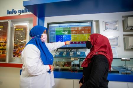 Dos mujeres revisan un tablero de mandos de energía