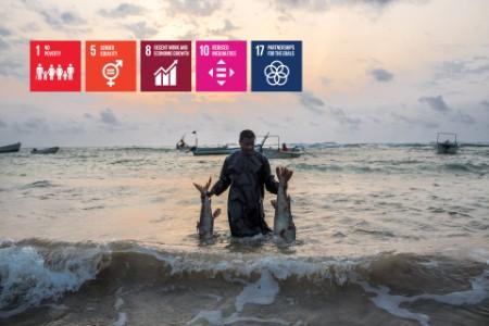 Kalastaja saaliinsa kanssa Kismayossa, Somaliassa