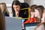 Mentor y niñas usando la computadora