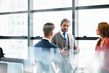Oameni de afaceri care discută planuri într-un birou modern