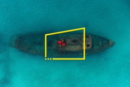 Kayak rojo flotando sobre un naufragio en Carlisle Bay Barbados