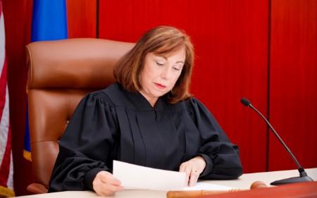 Juíza a consultar as suas notas num tribunal