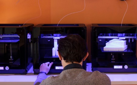 Man die met een 3D-printer werkt