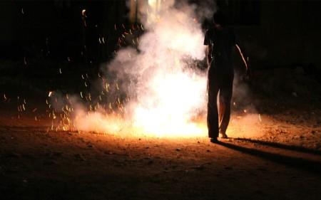 Pessoa a fugir de fogos-de-artifício