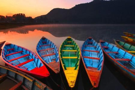 Barcos de colores en el lago Phewan al amanecer