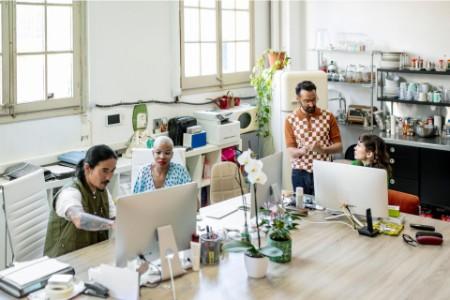 Menedżerowie pracujący przy komputerach