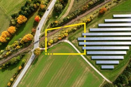 Vista aérea dos trilhos de uma autoestrada que atravessa os caminhos-de-ferro no outono