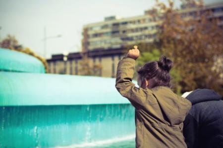 children throwing coins fountain city