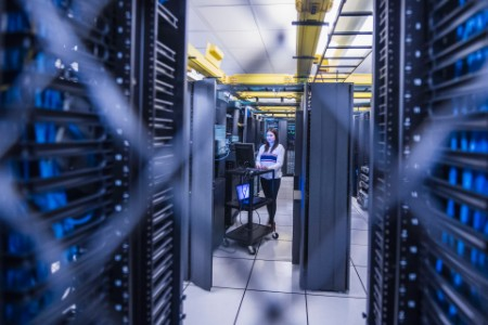 Mujer trabajando en la sala de servidores de computadoras
