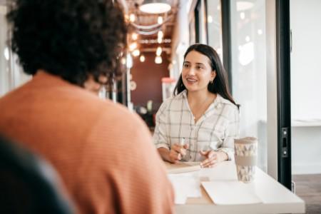 Preguntas de la reunión de mujeres anota el café de la oficina