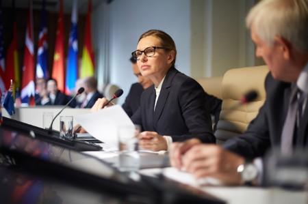 Frau erstattet politischen Bericht
