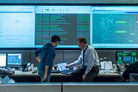 Colegas trabajando juntos en la sala de control de servidores