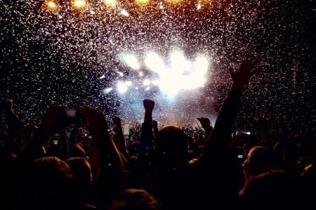 Gente disfrutando de un concierto de música
