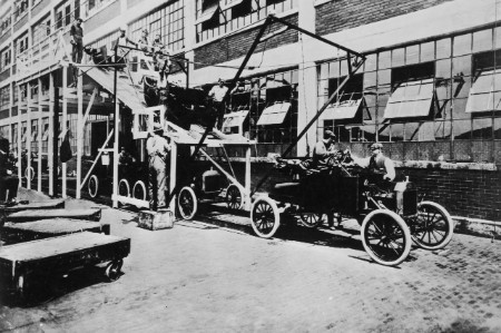 A Detroit car production line in 1909