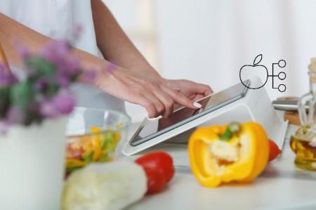 Jemand kocht mit einem digitalen Gerät