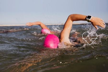 Schwimmer im Meer mit einem Wearable