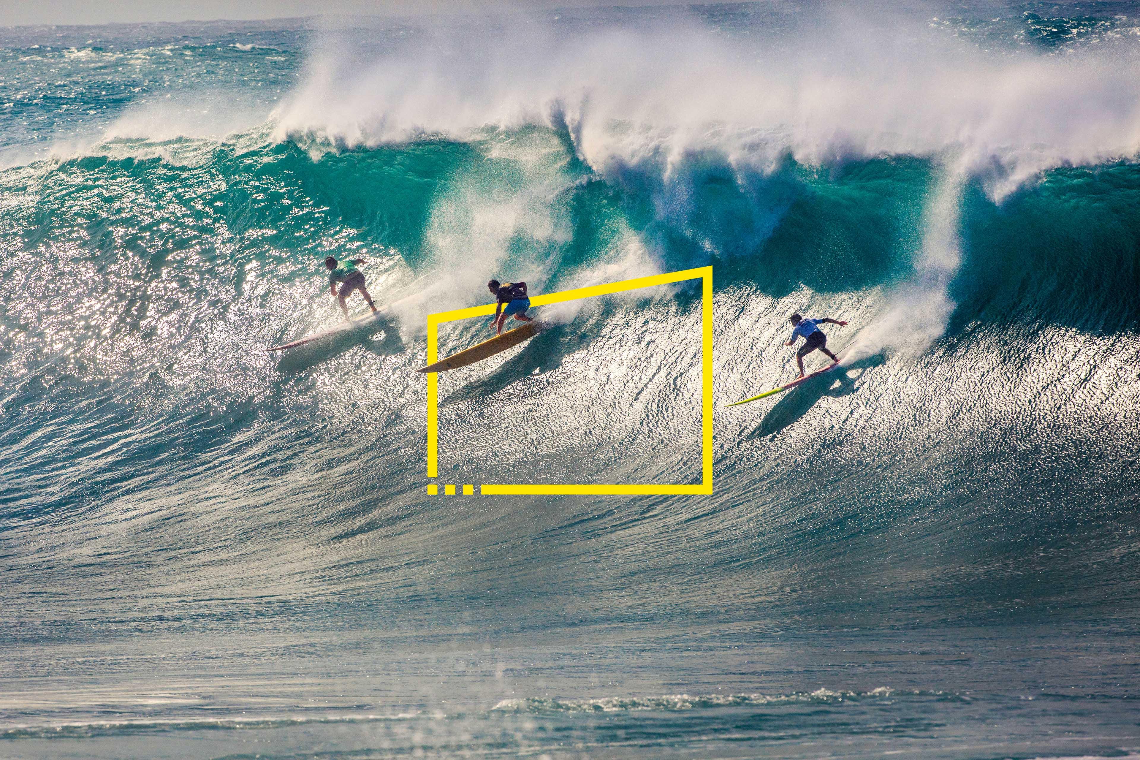 серфери, які змагаються на змаганнях із серфінгу Waimea Bay