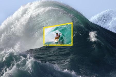 大波のチューブに乗るサーファー