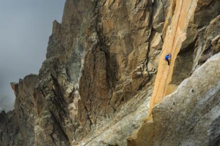 Mann klettert in Frankreich
