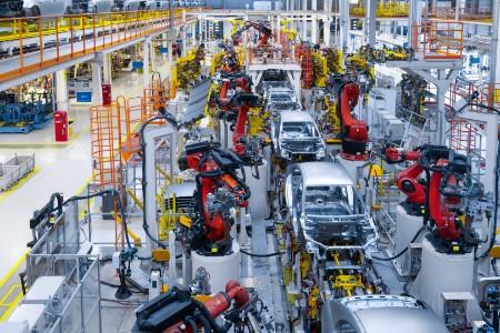Línea de producción de automóviles soldando carrocerías de coches