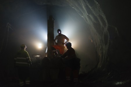 Gruvearbeidere jobber i et underjordisk kammer