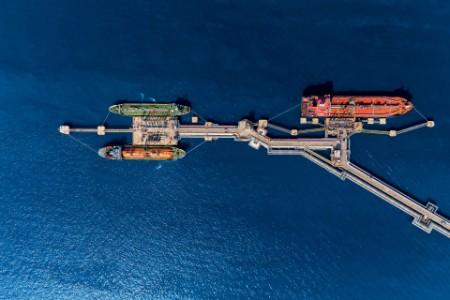 Vista aérea de petroleiros atracados no porto