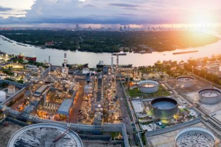 Ilmanäkymä öljynjalostamosta auringonlaskun aikaan, bangkok, thaimaa