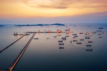Вид с воздуха на нефтяной танкер во время загрузки в порту