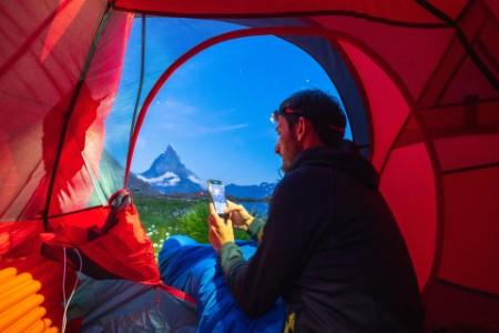 Alpinista a acampar na montanha
