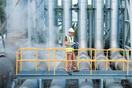 Ein Arbeiter auf dem Laufsteg im Kraftwerk