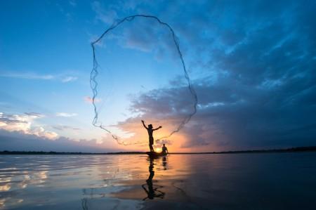 投網を打つ漁師
